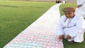 رجل عماني يفرش الأرض بمهر عروسه